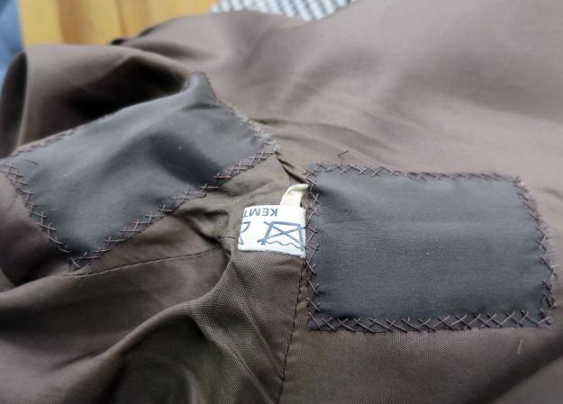 Jag läser HÄR att Larella var ett av varumärkena hos Upsala Kappfabrik.  Fabriken la ner 1970 och jag gissar att min kappa är ungefär från den  tiden 074118bfe543c